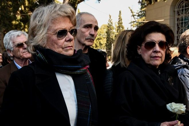 Η σύζυγος του Φαίδωνα Γεωργίτση Μπέτσι (αριστερά) στην κηδεία του ηθοποιού