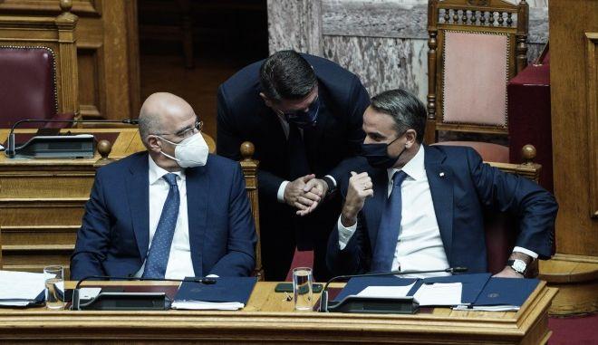Ο Κυριάκος Μητσοτάκης με τον Νίκο Δένδια στη Βουλή