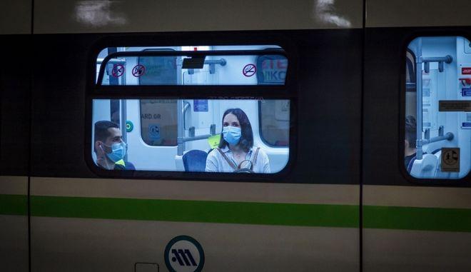 Επιβάτες στο μετρό με μάσκες.