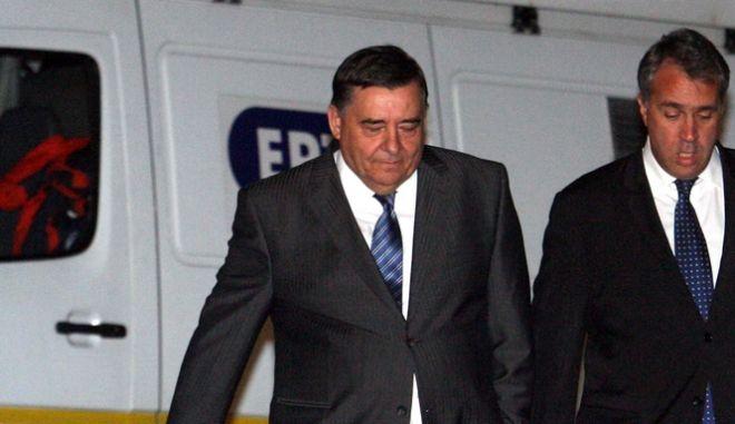 Ο Πρόεδρος του ΛΑ.Ο.Σ, Γιώργος Καρατζαφέρη και ο βουλευτής του ΛΑ.Ο.Σ, Μάκης Βορίδης φθάνουν στην σύσκεψη των πολιτικών αρχηγών υπό τον Πρόεδρο της Δημοκρατίας, Κάρολο Παπούλια, στο Προεδρικό Μέγαρο, Τετάρτη 9 Νοεμβρίου 2011. (EUROKINISSI // ΤΑΤΙΑΝΑ ΜΠΟΛΑΡΗ)