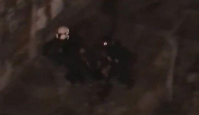 Βίντεο: Αστυνομικοί δέρνουν νεαρό στη Στουρνάρη, μετά την προσαγωγή του