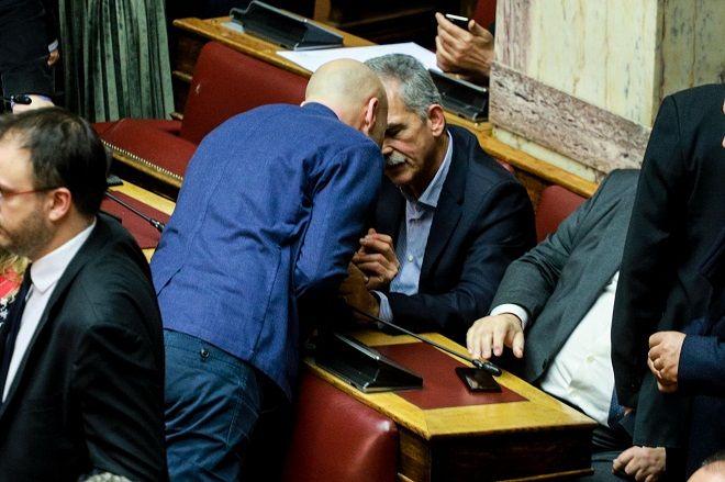 Στιγμιότυπο από την ψήφο εμπιστοσύνης στην κυβέρνηση. Σπύρος Δανέλλης και Γιώργος Αμυράς τα λένε...