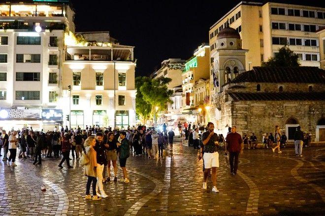 Κόσμος στην πλατεία Μοναστηρακίου, το Σάββατο 26/9 μετά τις 12