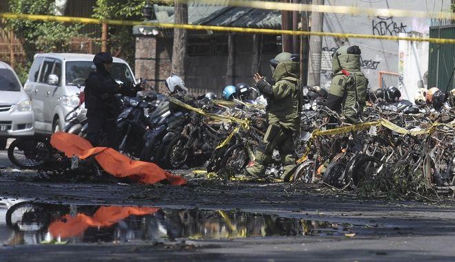 Επιθέσεις αυτοκτονίας από βομβιστές του ISIS σε τρεις εκκλησίες της Ινδονησίας