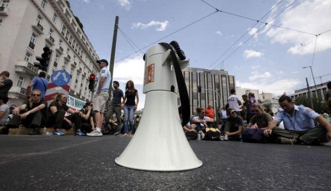 """Με σύνθημα """"όχι στις απολύσεις και στην κινητικότητα"""", οι εργαζόμενοι πραγματοποίησαν πορεία από την πλατεία Κλαυθμώνος πρός την Βουλή, την Τετάρτη 17 Ιουλίου 2013. Με αναμμένες τις σειρήνες των υπηρεσιακών αυτοκινήτων και μοτοσυκλέτες, οι δημοτικοί αστυνομικοί συμμετείχαν στην κινητοποίηση. Σημειώνεται πως οι δήμοι παρέμειναν για τρίτη ημέρα κλειστοί, με απόφαση της ΚΕΔΕ, η οποία δεν ικανοποιήθηκε από τις βελτιωτικές ρυθμίσεις που ανακοινώθηκαν από το υπουργείο Εσωτερικών και αφορούν άρθρα του πολυνομοσχεδίου σχετικά με την τοπική αυτοδιοίκηση. (EUROKINISSI/ΓΕΩΡΓΙΑ ΠΑΝΑΓΟΠΟΥΛΟΥ)"""