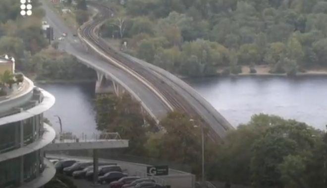 Άνδρας απειλεί να ανατινάξει γέφυρα στο Κίεβο - Άνοιξε πυρ κατά αστυνομικών