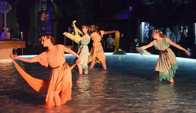 Στιγμιότυπο από παράσταση.