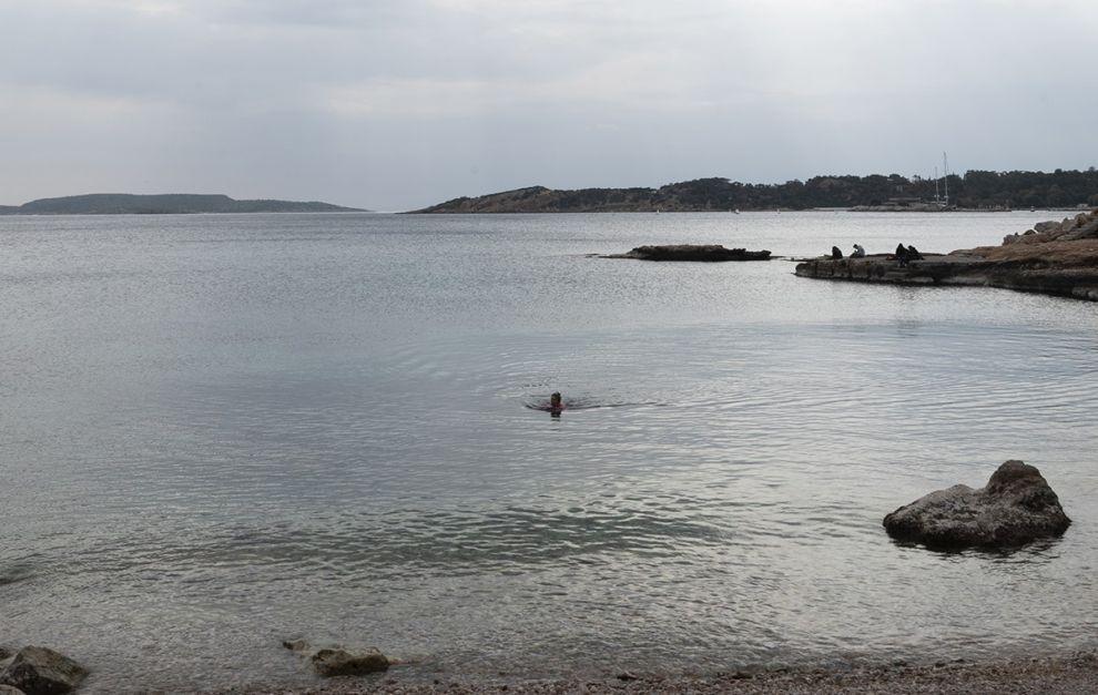 Άνθρωποι κάθε ηλικίας κολυμπούν καθημερινά στον αγαπημένο τους κόλπο στη Βουλιαγμένη