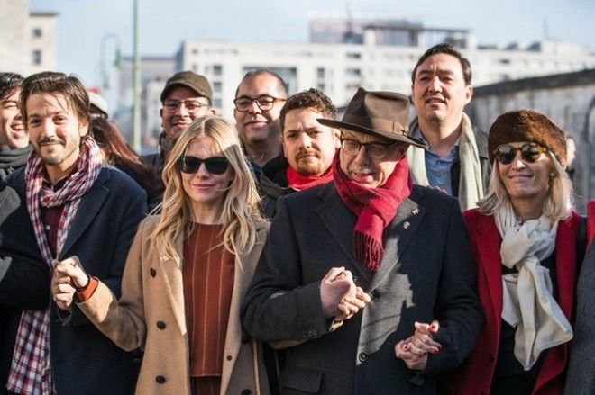 Berlinale 2017: Ο Ντιέγκο Λούνα 'γκρεμίζει' τα τείχη του Τραμπ από το Βερολίνο