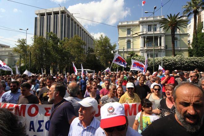 ΑΘΗΝΑ-Συγκέντρωση διαμαρτυρίας εναντίον των προαπαιτούμενων της 2ης αξιολόγησης πραγματοποιεί έξω από τη Βουλή το ΠΑΜΕ.(Eurokinissi-ΔΗΜΗΤΡΟΠΟΥΛΟΣ ΣΩΤΗΡΗΣ)