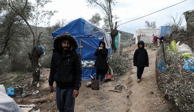 Μετανάστες σε καταυλισμό έξω από το ΚΥΤ της Μόριας στη Λέσβο τον Ιανουάριο του 2020