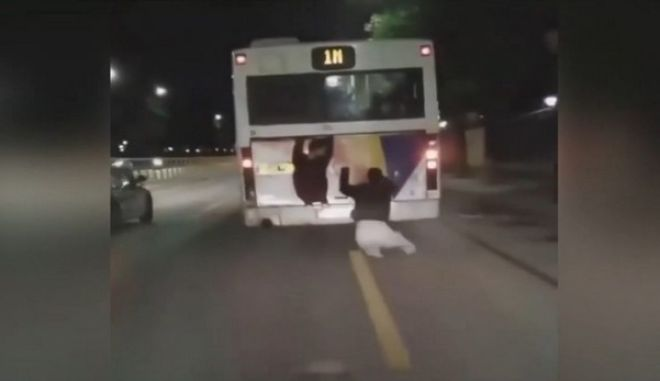 """Επικίνδυνα """"παιχνίδια"""": Νεαροί γαντζώνονται σε εν κινήσει λεωφορείο στη Θεσσαλονίκη"""