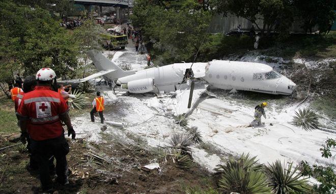 Αεροπλάνο κόπηκε στα δύο και οι επιβάτες σώθηκαν
