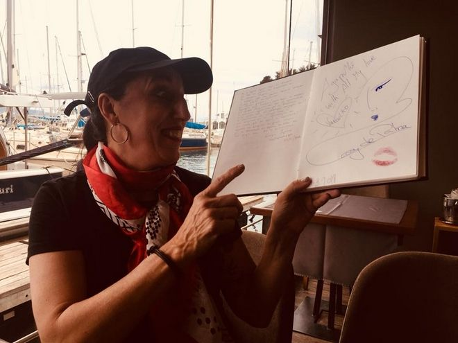 H μούσα του Αλμοδόβαρ απολαμβάνει ελληνικούς μεζέδες στο Μικρολίμανο