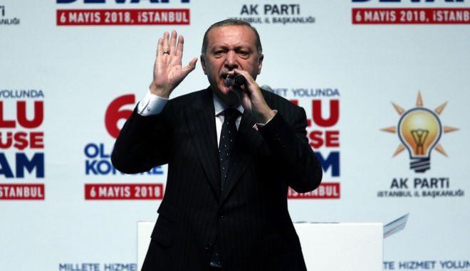 Δεν θα μας γονατίσετε διαμηνύει ο Ερντογάν στις ΗΠΑ