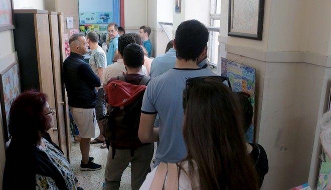 Με τη δύση του ήλιου έσπευδαν στις κάλπες οι Έλληνες ψηφοφόροι