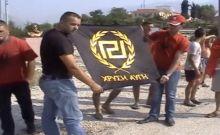 Αλβανοί εθνικιστές έκαψαν σημαία της Χρυσής Αυγής στο Αργυρόκαστρο...