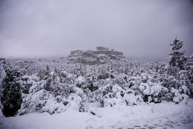 Κακοκαιρία Μήδεια: Σκι στον λόφο της Πνύκας με θέα τη χιονισμένη Ακρόπολη