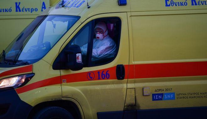 Ασθενοφόρο έξω από νοσοκομείο αναφοράς