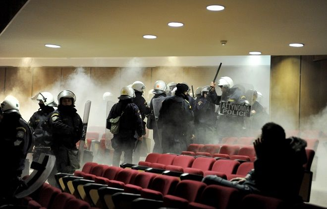Χρειάστηκε η επέμβαση της αστυνομίας για να εκκενωθεί η αίθουσα,η έδρα αποσύρθηκε και διακόπηκε η ακροαματική διαδικασία
