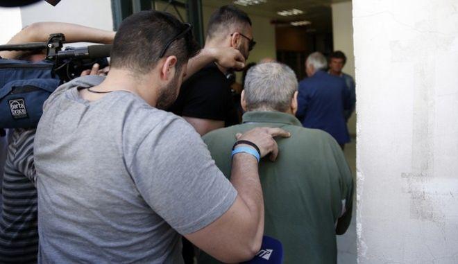 Ο 53χρονος φερόμενος ως δράστης της ομηρίας και της κακοποίησης της 22χρονης φοιτήτριας σε διαμέρισμα στην Δάφνη, οδηγείται στον ανακριτή την Τρίτη 9 Μαΐου 2017.  (EUROKINISSI/ΣΤΕΛΙΟΣ ΜΙΣΙΝΑΣ)
