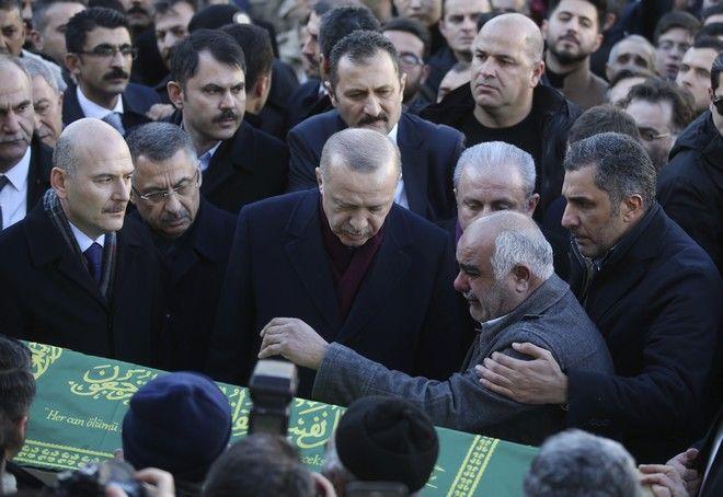 Ο πρόεδρος της Τουρκίας Ρετζέπ Ταγίπ Ερντογάν παρέστη στην κηδεία μιας μητέρας και του γιου της που έχασαν τη ζωή τους στον φονικό σεισμό
