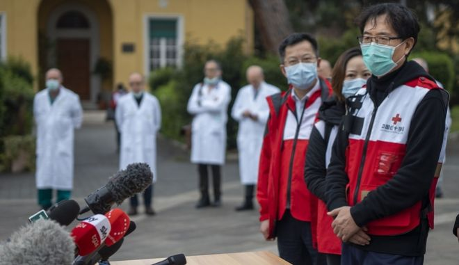O αντιπρόεδρος του κινεζικού Ερυθρού Σταυρού, Sun Shuopeng,  ενημερώνει τους δημοσιογράφους έξω από το Spallanzani Hospital της Ρώμης.