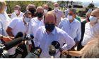 Ο υπουργός Υποδομών και Μεταφορών Κώστας Καραμανλής κατά την επίσκεψή του στη Γέφυρα Βασιλικού, κοντά στη Χαλκίδα που επλήγη από τις πλημμύρες