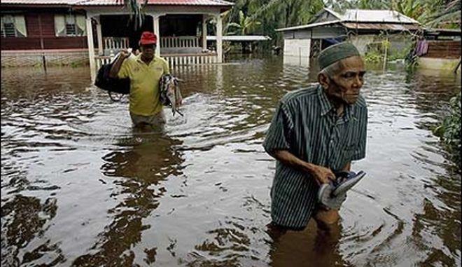 Μαλαισία: Κατά δεκάδες χιλιάδες εγκαταλείπουν τα σπίτια λόγω πλημμυρών