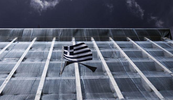 Ελληνική σημαία σε κυβερνητικό κτήριο, στην Αθήνα