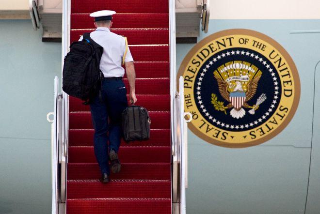 Τι κρύβει το βαλιτσάκι με τα πυρηνικά του προέδρου των ΗΠΑ