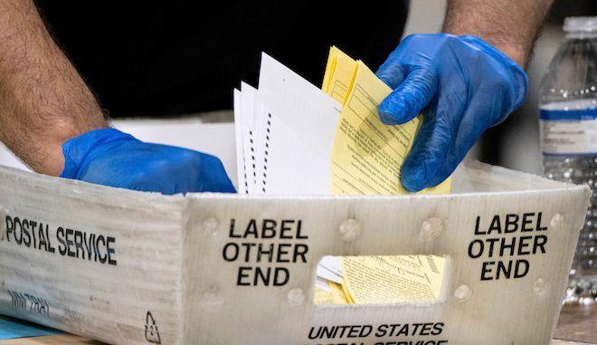 Καταμέτρηση ψηφοδελτίων για τις εκλογές της Γερουσίας στην Ατλάντα, 5 Ιανουαρίου 2021.