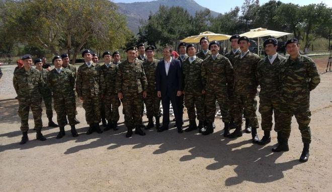 Ο πρωθυπουργός επισκέφτηκε τους ακρίτες μας στο στρατόπεδο της Διοίκησης Άμυνας Νήσου Τήλου στα Δωδεκάνησα
