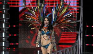 H Adriana Lima παρουσίασε την Pink collection, στο  show της Shanghai (AP Photo/Andy Wong)