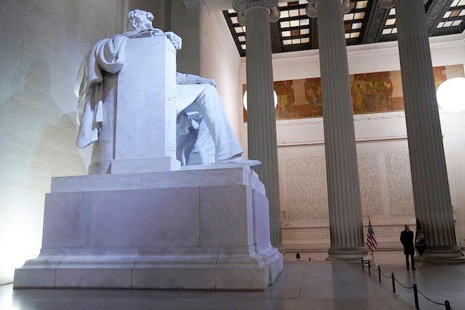 Ο Πρόεδρος Τζο Μπάιντεν στο Μνημείο του Λίνκολν κατά την πρώτη ημέρα διαμονής του στον Λευκό Οίκο, 20 Ιανουαρίου 2021
