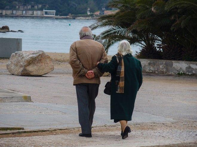 Περίπατος ηλικιωμένων στην παραλία της Γλυφάδας