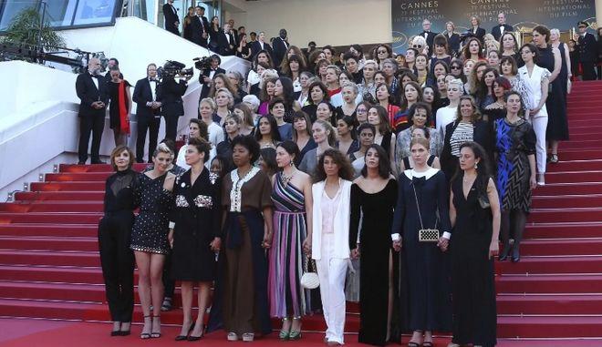 """Συμβολική """"κατάληψη"""" 82 γυναικών στο κόκκινο χαλί του Φεστιβάλ Καννών"""