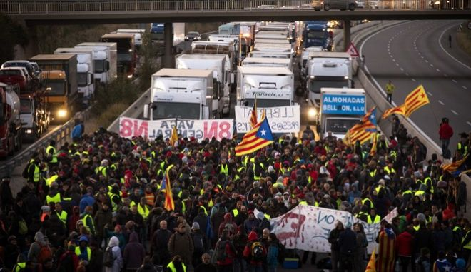 Demonstrators block a highway during a general strike in Borrassa, near Girona, Wednesday, Nov. 8, 2017. A worker's union has called for a general strike Wednesday in Catalonia. The regional government was sacked by Madrid and many of its members jailed in a rebellion probe after pushing ahead with secession from Spain. (AP Photo/Emilio Morenatti)