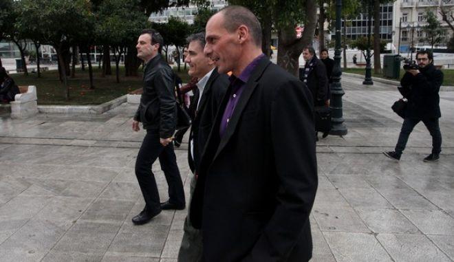 Ο υπουργός Οικονομικών, Γιάνης Βαρουφάκης και ο αναπληρωτής υπουργός Ευκλείδης Τσακαλώτος περπατούν προς την Βουλή για την σύσκεψη του οικονομικού επιτελείου μετα την συνάντηση με τους αμερικανούς αξιωματούχους στο υπ. Οικονομικών την Παρασκευή 6 Φεβρουαρίου 2015. (EUROKINISSI/ΑΛΕΞΑΝΔΡΟΣ ΖΩΝΤΑΝΟΣ)