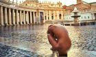 """Μοντέλο του Playboy πηγαίνει ολόγυμνο για """"σταύρωση"""" στο Βατικανό"""