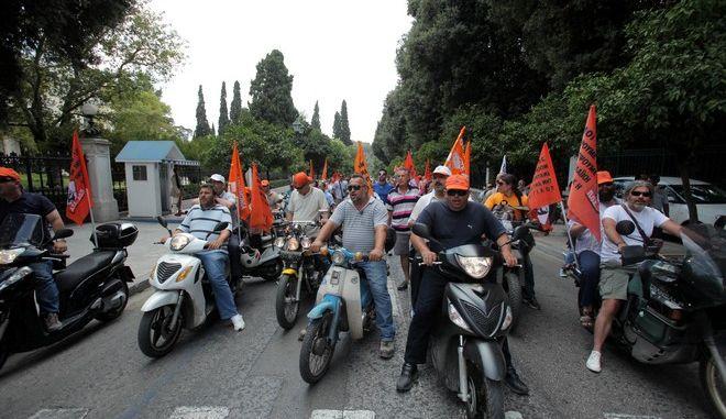 Mικροένταση έξω από το Μέγαρο Μαξίμου, ανάμεσα σε αστυνομικούς και δημοτικών υπαλλήλων την Δευτέρα 15 Ιουλίου 2013.  Οι δημοτικοί υπάλληλοι κατέβηκαν την Β. Κωνσταντίνου, έστριψαν, μπαίνοντας ανάποδα στην Ηρώδου Αττικού που δεν ήταν αποκλεισμένη απο την αστυνομία κι έφτασαν μπροστά απο το Μέγαρο Μαξίμου και το Προεδρικό Μέγαρο Μαξίμου.  Αστυνομικοί της ομάδας Δ περικύκλωσαν το βαν που βρισκόταν μπροστά απο την πορεία ενώ στη συνέχεια στο σημείο έφτασαν και διμοιρίες των ΜΑΤ. (EUROKINISSI/ΚΩΣΤΑΣ ΚΑΤΩΜΕΡΗΣ)