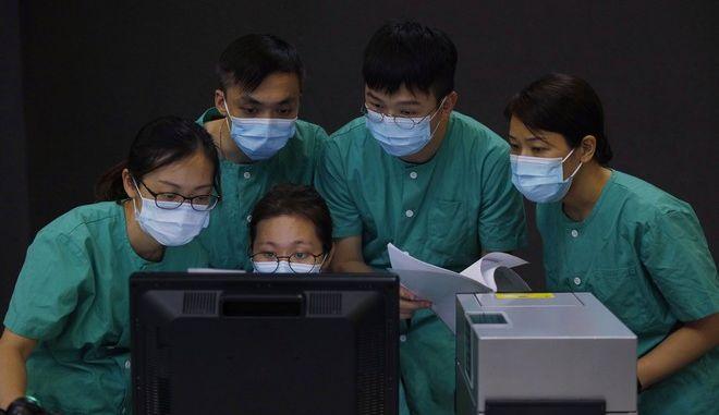 Ιατρικό προσωπικό νοσοκομείου στο Hong Kong