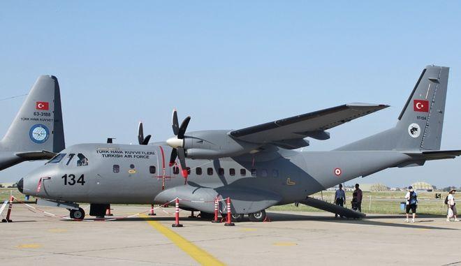 Νέα πρόκληση: Τουρκικό CN-235 πέταξε 30 μέτρα πάνω από τις Οινούσσες