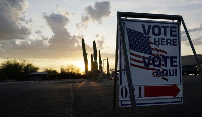 Ηλιοβασίλεμα έξω από εκλογικό κέντρο στην Αριζόνα