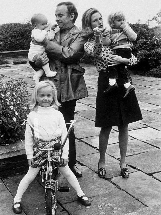 O Murdoch με τη δεύτερη σύζυγο του, Anna και τα τρία παιδιά τους, Εlisabeth, Lachlan και James.