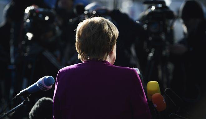 La canciller alemana, Angela Merkel, ofrece una breve declaración a su llegada para la que se esperaba fuera la última jornada de negociación para formar una coalición entre su bloque democristiano (CDU, por sus siglas en inglés) y el Partido Socialdemócrata, en la sede del CDU, el martes 6 de febrero de 2018. (Gregor Fischer/dpa via AP)