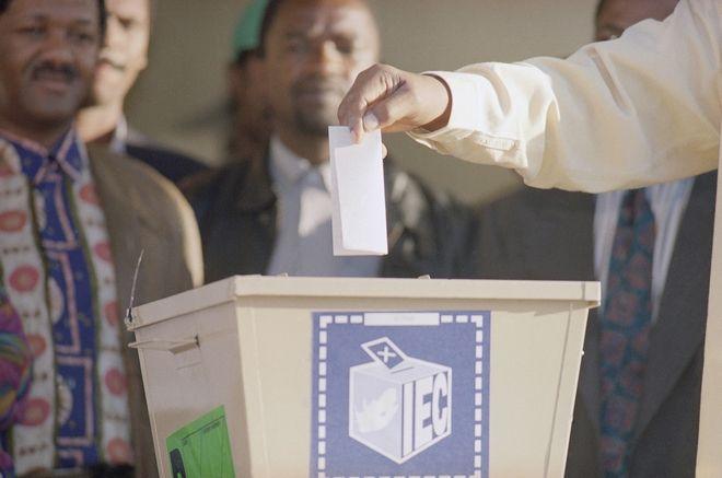 Ο Μαντέλα ψηφίζει στις πρώτες εκλογές με την συμμετοχή όλου του πληθυσμού της Νοτίου Αφρικής, 1994