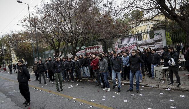 Ένταση στην είσοδο του Πολυτεχνείου όταν αντιπροσωπεία με στελέχη του ΣΥΡΙΖΑ, προσπάθησε να μπει στο χώρο για να καταθέσει στεφάνι στο μνημείο για την 45η επέτειο από την εξέγερση των φοιτητών, την Παρασκευή 16 Νοεμβρίου 2018.  (EUROKINISSI/ΓΙΑΝΝΗΣ ΠΑΝΑΓΟΠΟΥΛΟΣ)