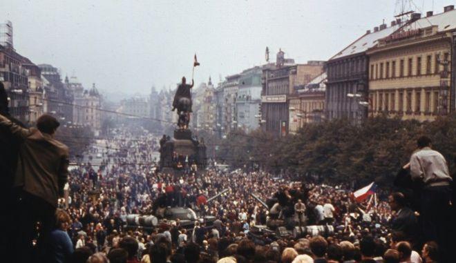"""**ARCHIV** Archivbild vom 20. August 1968, zeigt Demonstranten in der Prager Innenstadt. Bundeskanzlerin Angela Merkel hat dazu aufgerufen, den """"Prager Fruehling"""" nicht zu vergessen. Merkel widmete dem Versuch, einen """"Sozialismus mit menschlichem Antlitz"""" zu schaffen, und dessen gewaltsamer Niederschlagung vor 40 Jahren durch Truppen des Warschauer Paktes am Samstag 21. Juni 2008  ihre woechentliche Videobotschaft im Internet. Darin stellte sie den """"Prager Fruehling"""" in eine Reihe mit dem 17. Juni 1953 in der DDR, dem ungarischen Volksaufstand 1956 und der polnischen """"Solidarnosc"""". (AP Photo/fls) **FILE** Aug. 20 1968 file picture shows thousands of protesters are seen crowding at Wasceslas square in down town Prague, then Czechoslovakia, monstrating against the Russian invasion. (AP Photo)"""