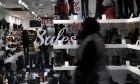 Χειμερινές εκπτώσεις σε κατάστημα στον πεζόδρομο της Ερμού